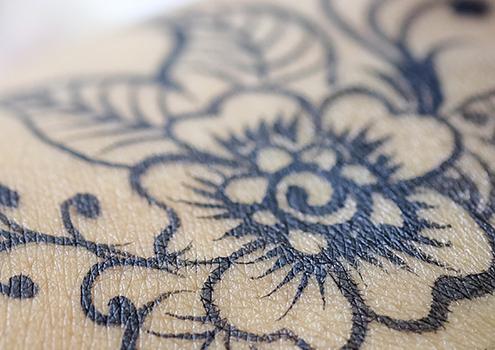 jak dbać o świeży tatuaż