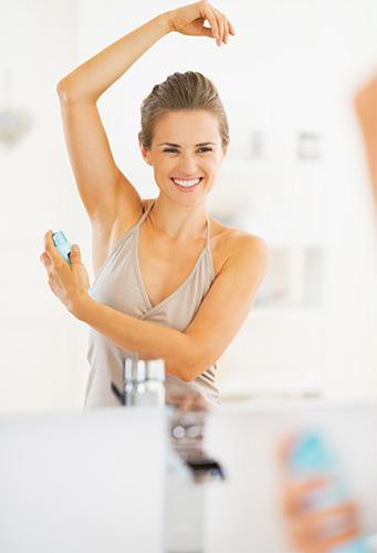 kobieta używa produktu zapobiegającego poceniu się